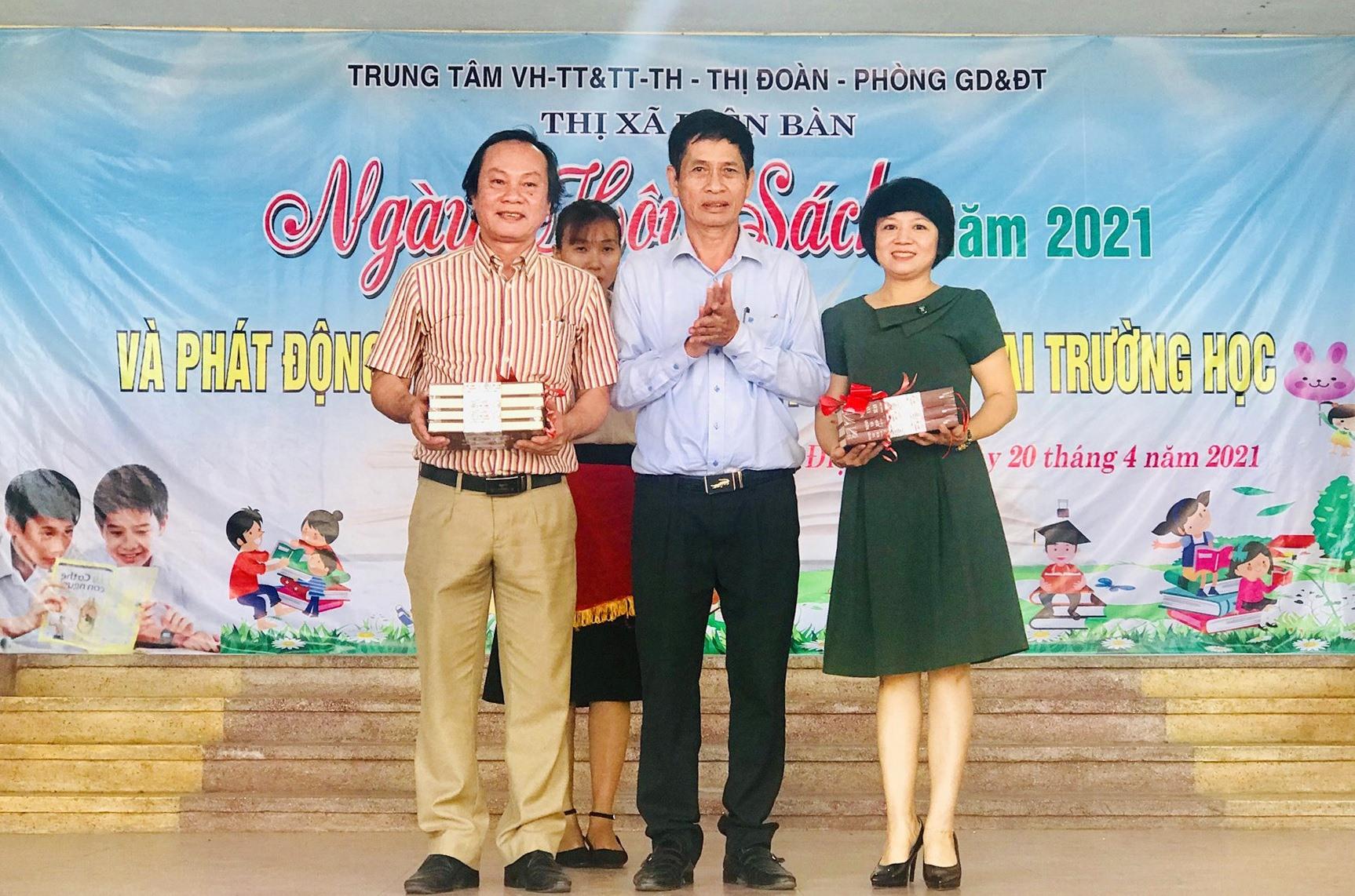 """Lãnh đạo Trung tâm VH-TT & TT-TH Điện Bàn tiếp nhận bộ sách """"Nguyễn Văn Xuân toàn tập"""" từ NSND Huỳnh Hùng. Ảnh: Q.T"""