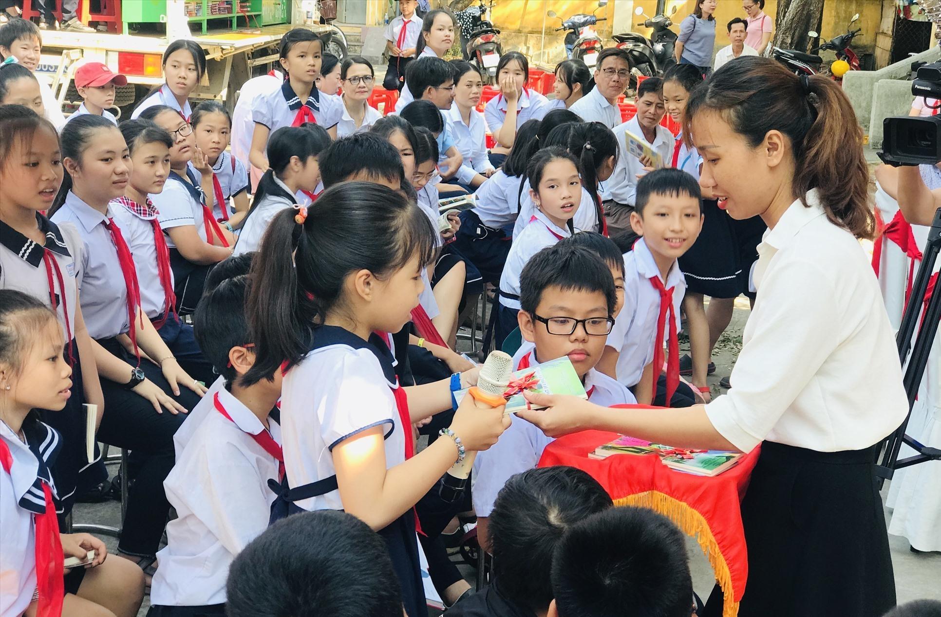Trò chơi tương tác nhận quà thu hút sự tham gia sôi nổi của học sinh. Ảnh: Q.T