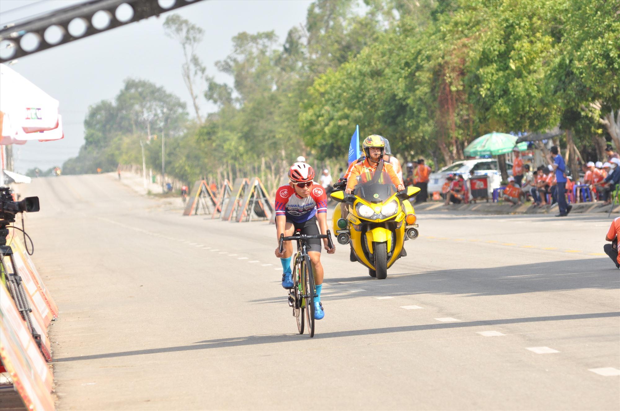 Đường đua phẳng, rộng tạo điều kiện thuận lợi cho các tay đua thi tài. Ảnh: T.VY