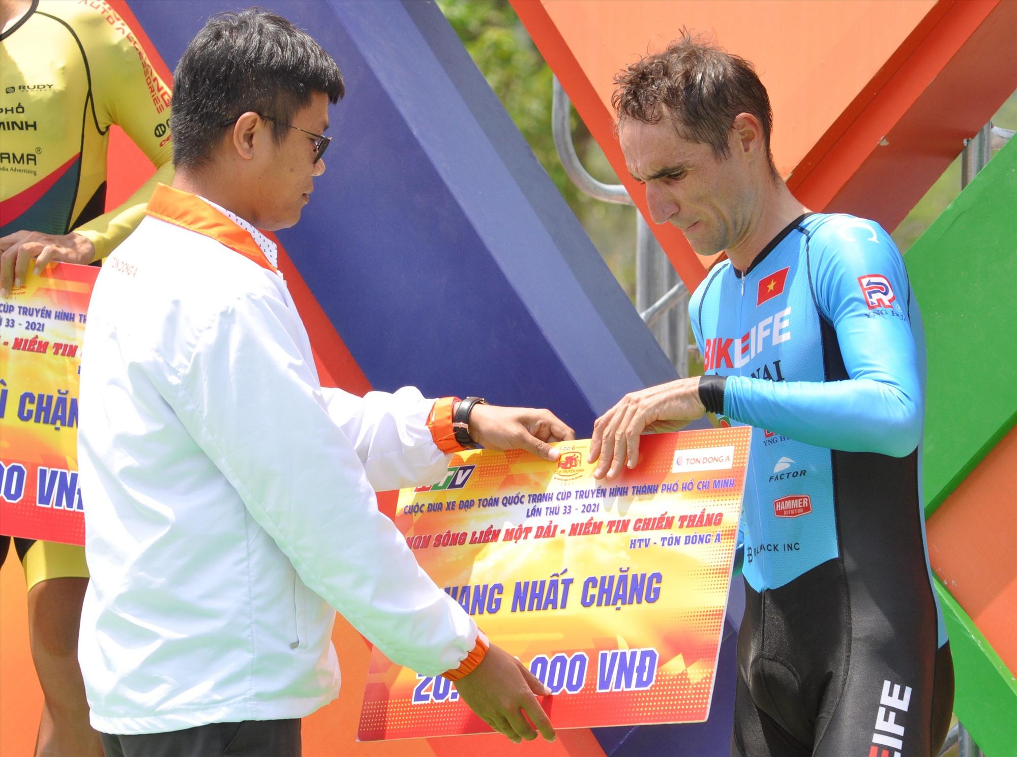Tay đua Loic Desrias của đội Bike life Đồng Nai nhận giải nhất chặng 14. Ảnh: T.VY