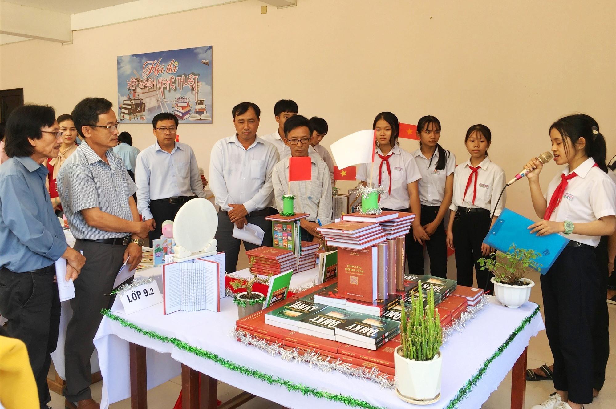 Học sinh tham gia phần thi xếp sách nghệ thuật. Ảnh: H.C
