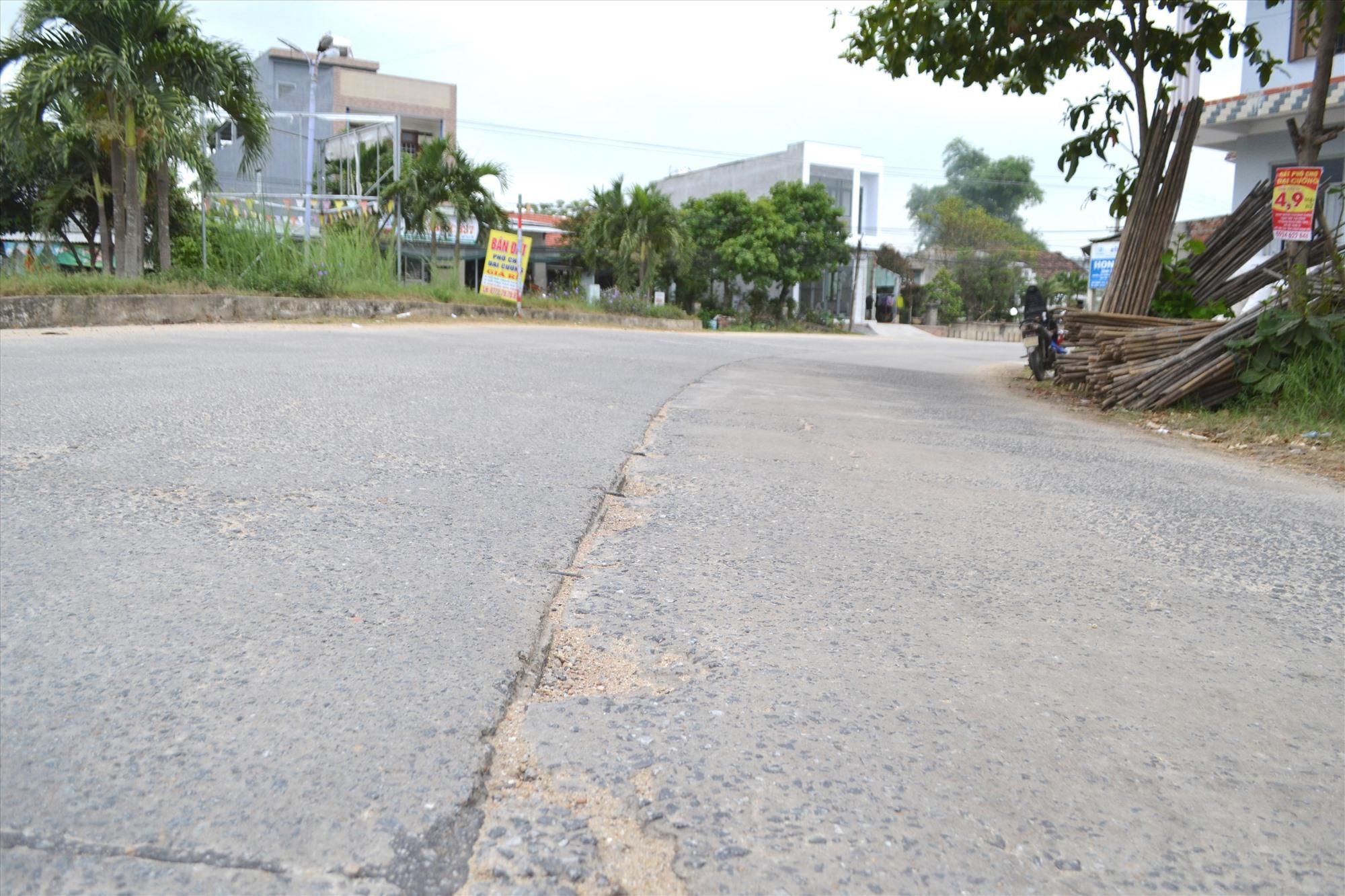 Đoạn qua trước Trường Mầm non Đại An đến cầu Quảng Huế nhiều vị trí xuống cấp. Ảnh: CT