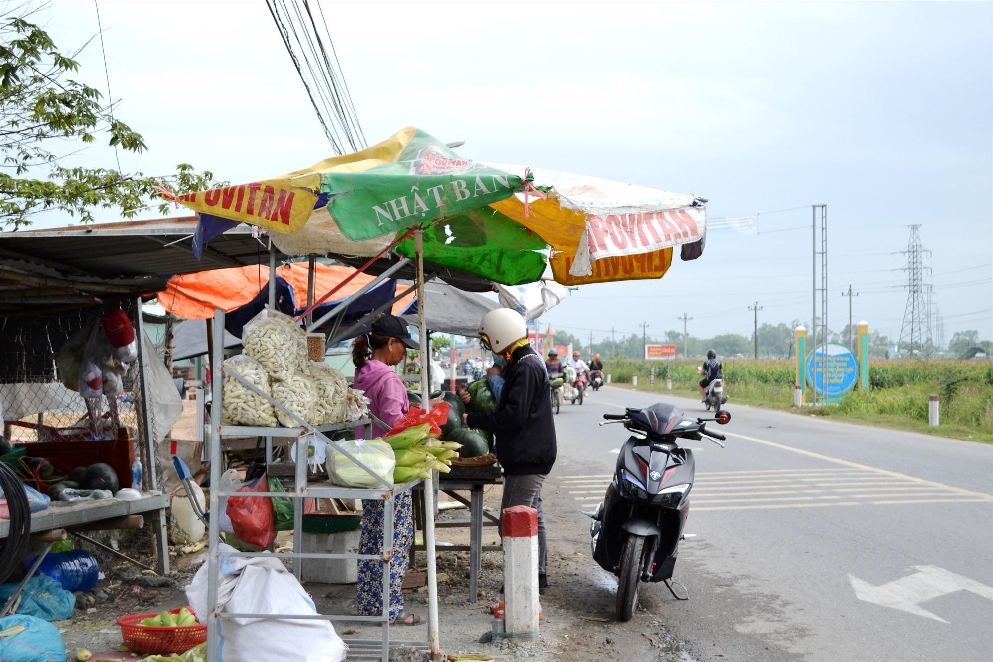 Lấn chiếm hành lang an toàn để buôn bán tại khu vực giao nhau giữa ĐT609C với ĐT609B. Ảnh: CT