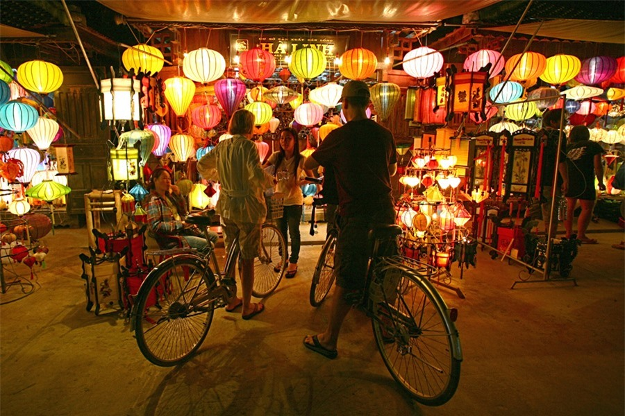 Crossing An Hoi bridge to An Hoi island, visitors are impressive to the lantern streets and shops where they can buy some as souvenirs or gifts.Photo: doanhnghiepvn.vn