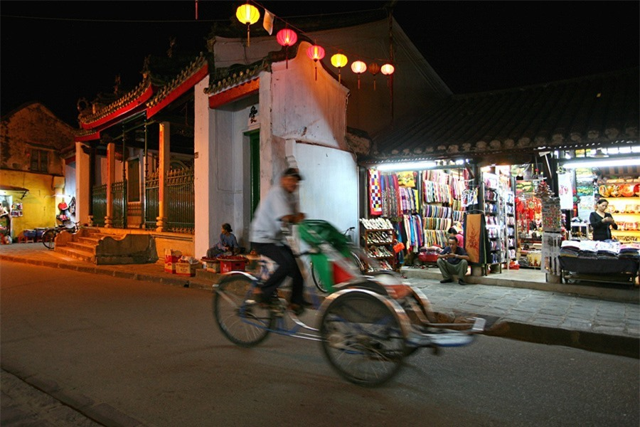 Hoi An at night may be considered a perfect mix of architectural, historical, cultural, and human sounds that are always attractive to visitors.Photo: doanhnghiepvn.vn