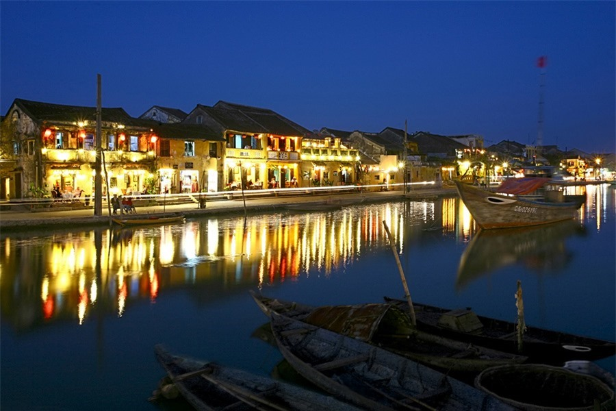 And when the light is shimmering on the Hoai River, the night of Hoi An starts.Photo: doanhnghiepvn.vn