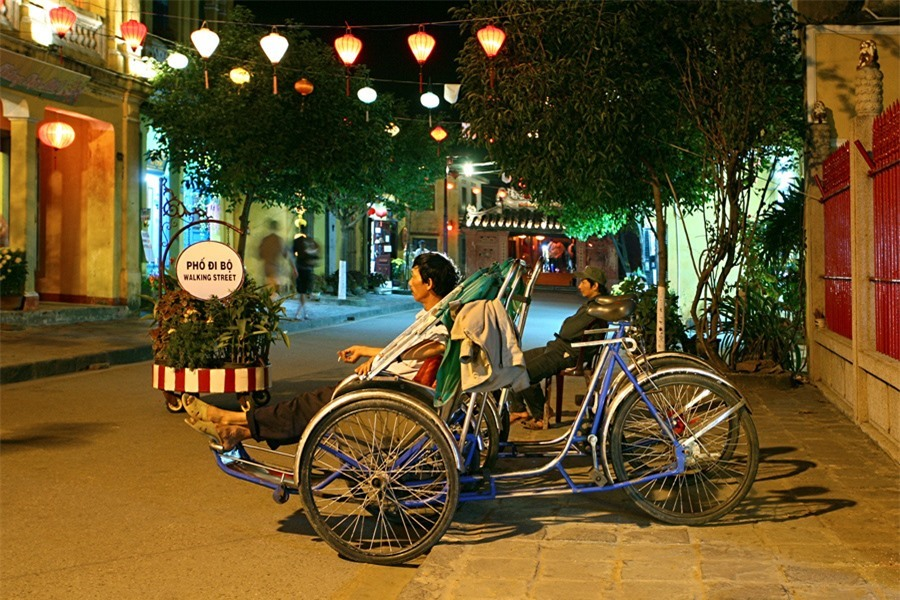 The pedestrian streets begins to be busy with visitors. The atmosphere becomes fresh and pleasant. Sometimes, they can see some cyclos or bicycles.Photo: doanhnghiepvn.vn