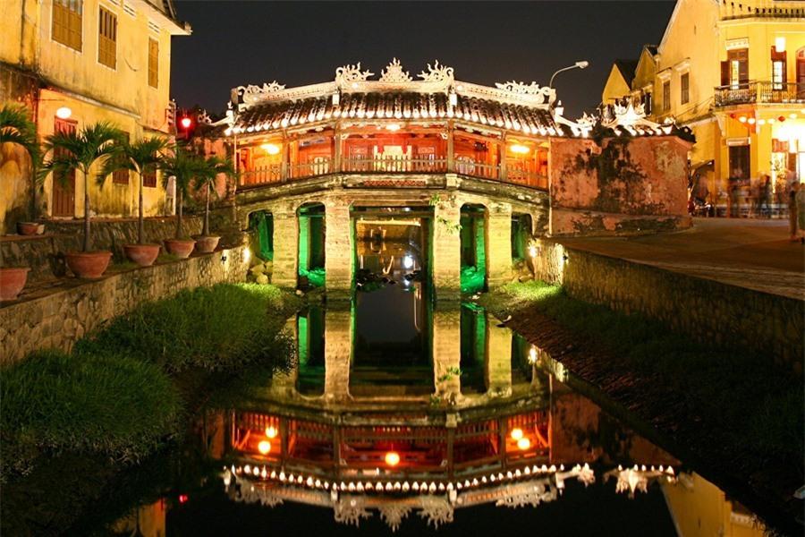 Japanese Bridge, a precious gem of Hoi An is always brilliant.Photo: doanhnghiepvn.vn
