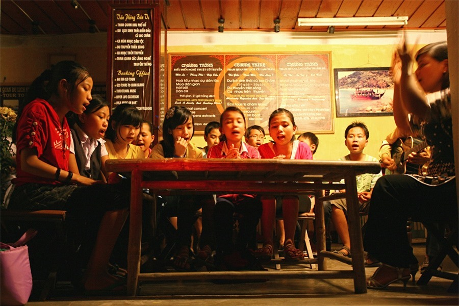 Sometimes, visitors can hear sweet melodies form the children's singing class at the Centre for Culture and Arts of Hoi An.Photo: doanhnghiepvn.vn