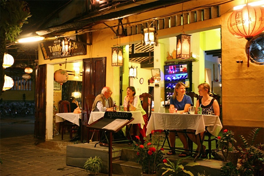 The cafés along Bach Dang street are in foreigners' favour because of their views.Photo: doanhnghiepvn.vn