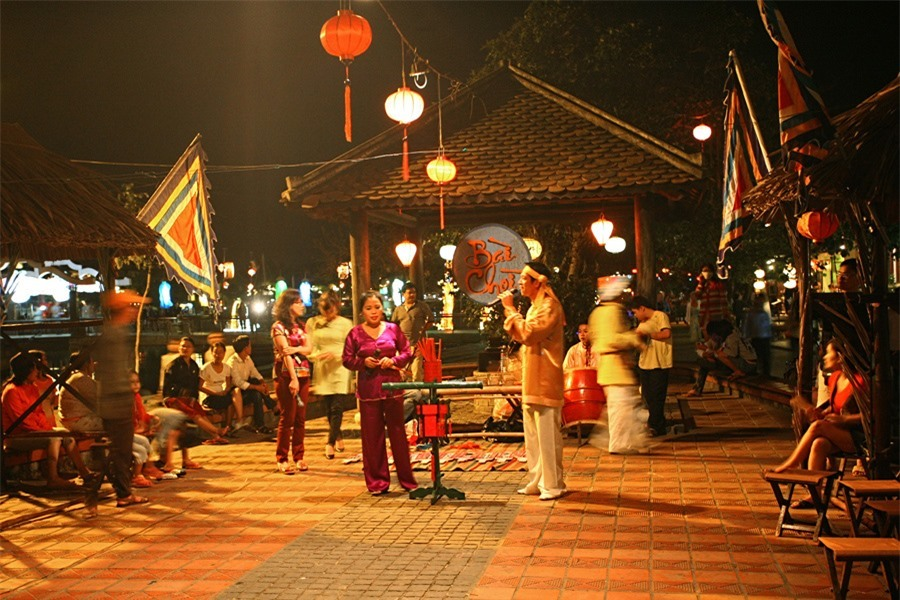 Visitors can enjoy Bai Choi performances at its stage on Nguyen Thai Hoc street. Bai Choi performance art is a type of folk art and folk game popular in Central Vietnam and in Quang Nam in particular.Photo: doanhnghiepvn.vn