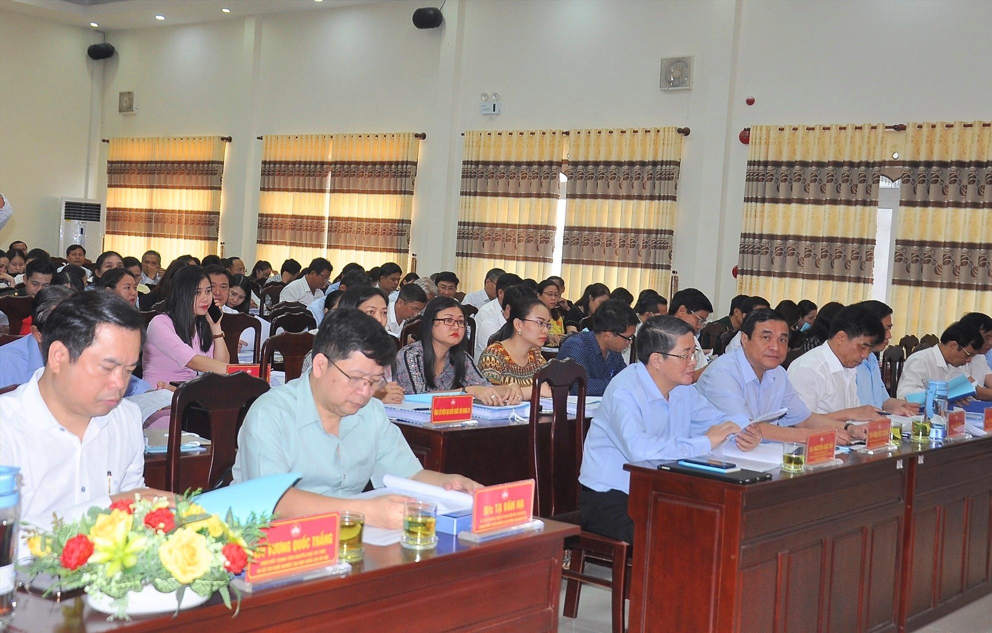 Các ứng cử viên ĐBQH khóa XV và đại biểu HĐND tỉnh khóa X dự hội nghị. Ảnh: VINH ANH