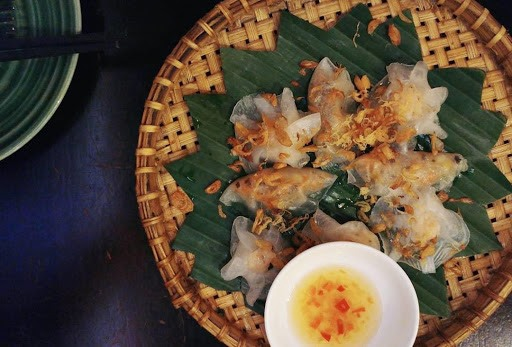 Dumplings in Hoi An are known as bánh bao (steamed buns) and bánh vạc (crescent/ white rose). The cake cover is made from rice flour. The stuffing of white roses is shrimp mixed with spices. That of steamed buns is a mix of pork, tree ears and scallions.