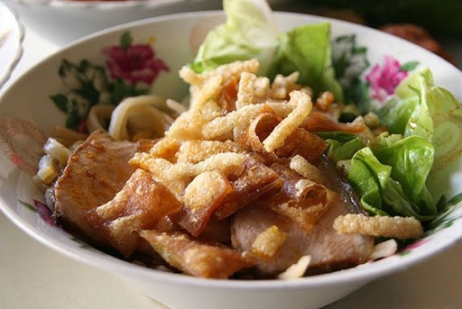 Hoi An cao lau looks like Japanese udon and Chinese noodles but has a typical flavour. It is considered one of the best foods in Hoi An that visitors should not ignore.