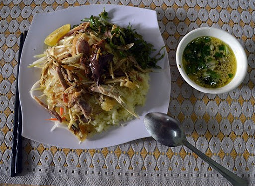 As its name, the dish is composed of two major parts, rice and chicken. Chicken rice there is great thanks to the special flavour of rice and the good quality of the chicken and vegetables. Visitors coming to Hoi An should try it.