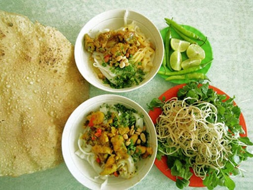Quang noodles are made from rice flour, mixed with shrimp, pork and eggs. The food is enjoyed with baked rice papers and fresh vegetables.
