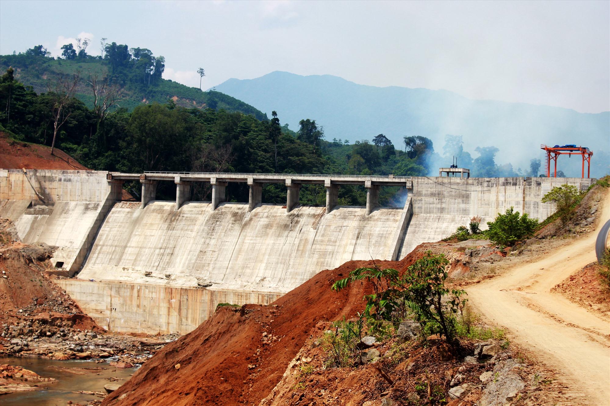 Đập chính thủy điện Nước Chè (xã Phước Năng, Phước Sơn). Thủy điện này hoàn thành khoảng 70 - 85% khối lượng nhưng chưa đền bù cho nhiều hộ dân. Ảnh: T.C