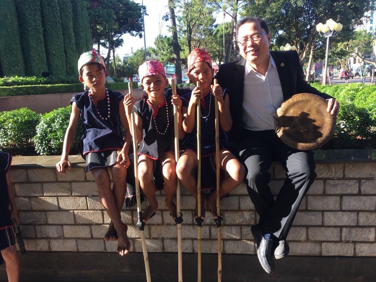Nhạc sĩ Huỳnh Đức Long luôn nặng lòng với giai điệu quê hương. Ảnh: Đ.T