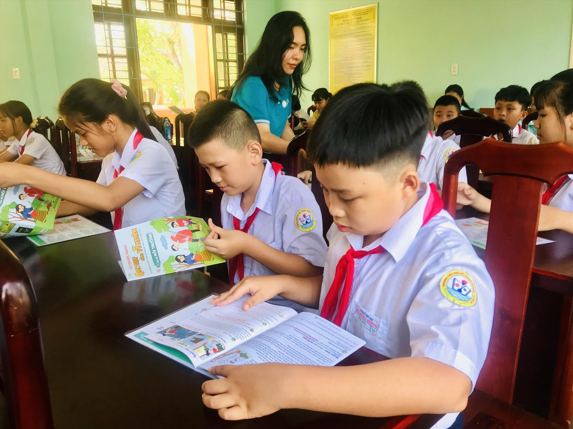 Học sinh đọc sách trong tiết đọc hạnh phúc. Ảnh: Q.T