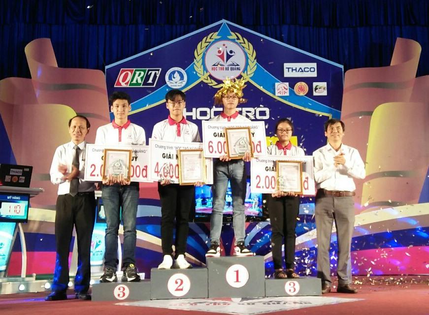 """Ban tổ chức trao thưởng cho các thí sinh tại cuộc thi """"Học trò xứ Quảng"""" quý 1.2021."""