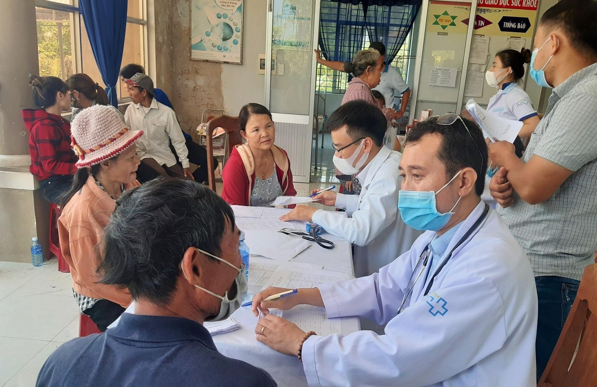 Đoàn y, bác sĩ tình nguyện Bệnh viện Đa khoa Minh Thiện khám bệnh cho người dân. Ảnh: V.A