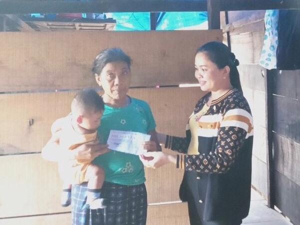 Hội LHPN huyện Hiệp Đức hỗ trợ hộ phụ nữ khó khăn bị thiệt hại do bão số 9 năm 2020. Ảnh: CTV