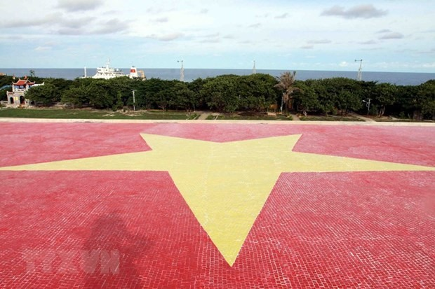 A national flag made of ceramic on the roof of a cultural house on Truong Sa Lon (Big Truong Sa) island (Photo: VNA)