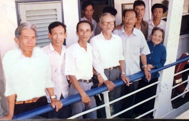 Ông Đỗ Xuân Thăng (thứ 3 bên trái) cùng cựu tù yêu nước thăm Côn Đảo năm 1990. Ảnh NVCC