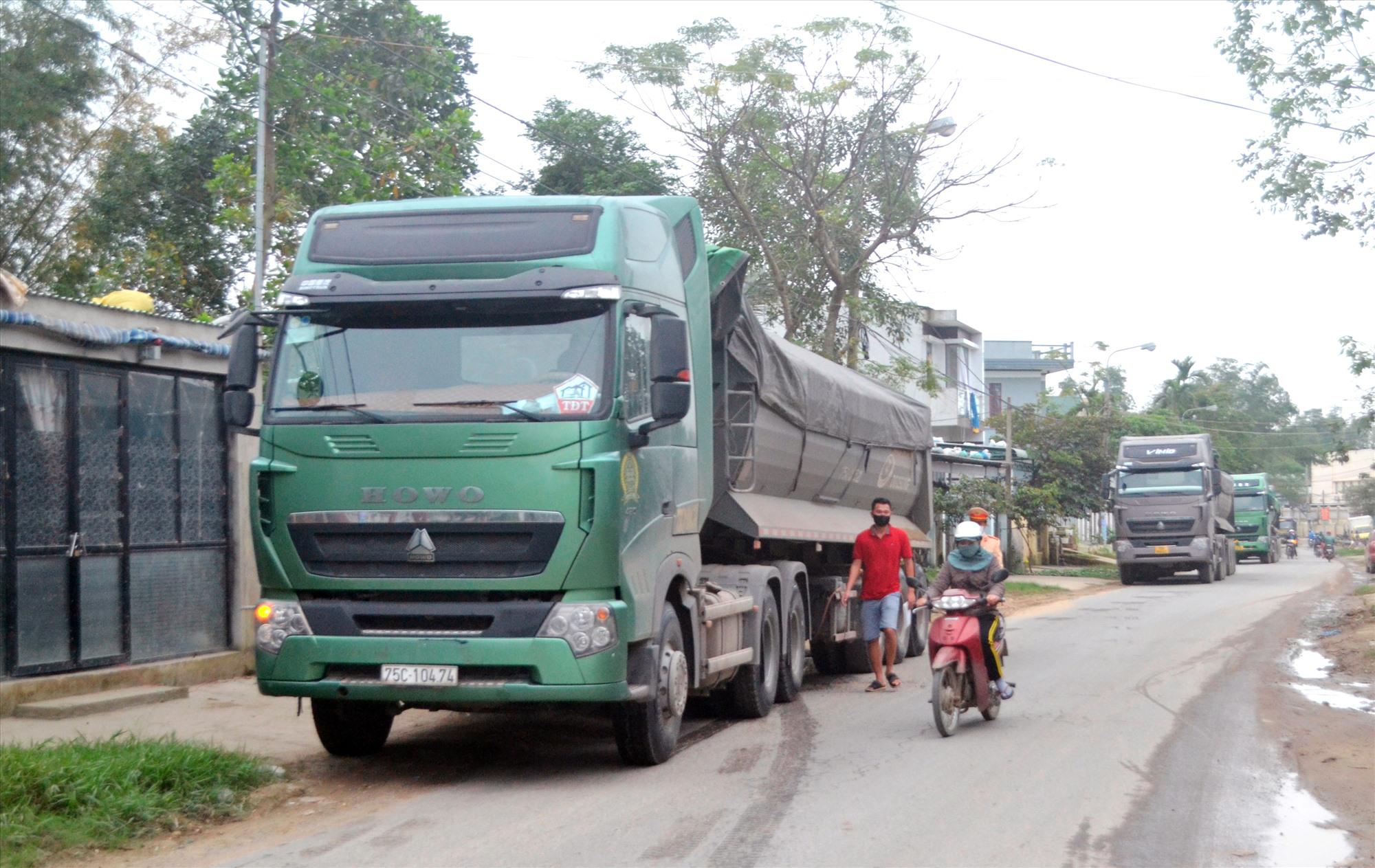 Xe tải chở cát trốn trạm cân trên QL14B, đi vào một tuyến đường huyện tại Đại Lộc. Ảnh: N.B