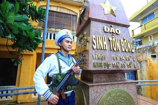 A Vietnamese soldier guarding on Sinh Ton Dong island (Photo: VNA)