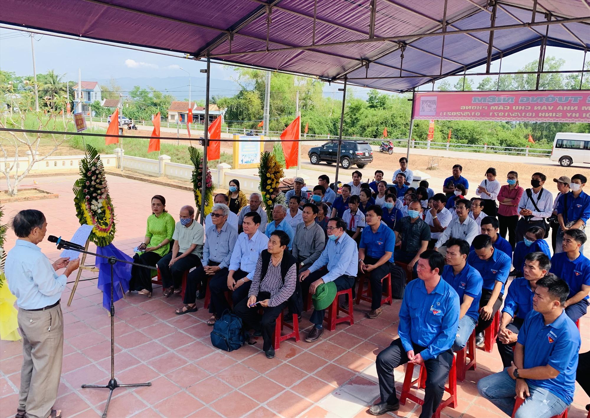Đông đảo nhà văn, nhà báo ở Quảng Nam, Đà Nẵng và đoàn viên thanh niên tham dự lễ tưởng niệm. Ảnh: T.S