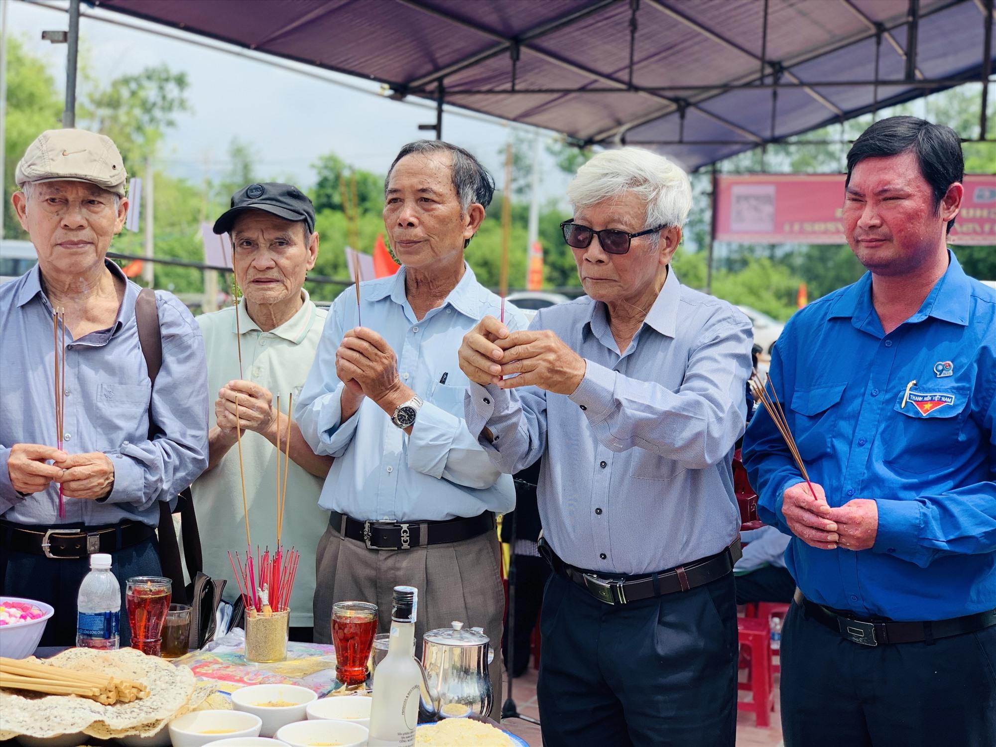 Dâng hương tưởng nhớ nhà báo, nhà văn Chu Cẩm Phong và đồng đội. Ảnh: T.S