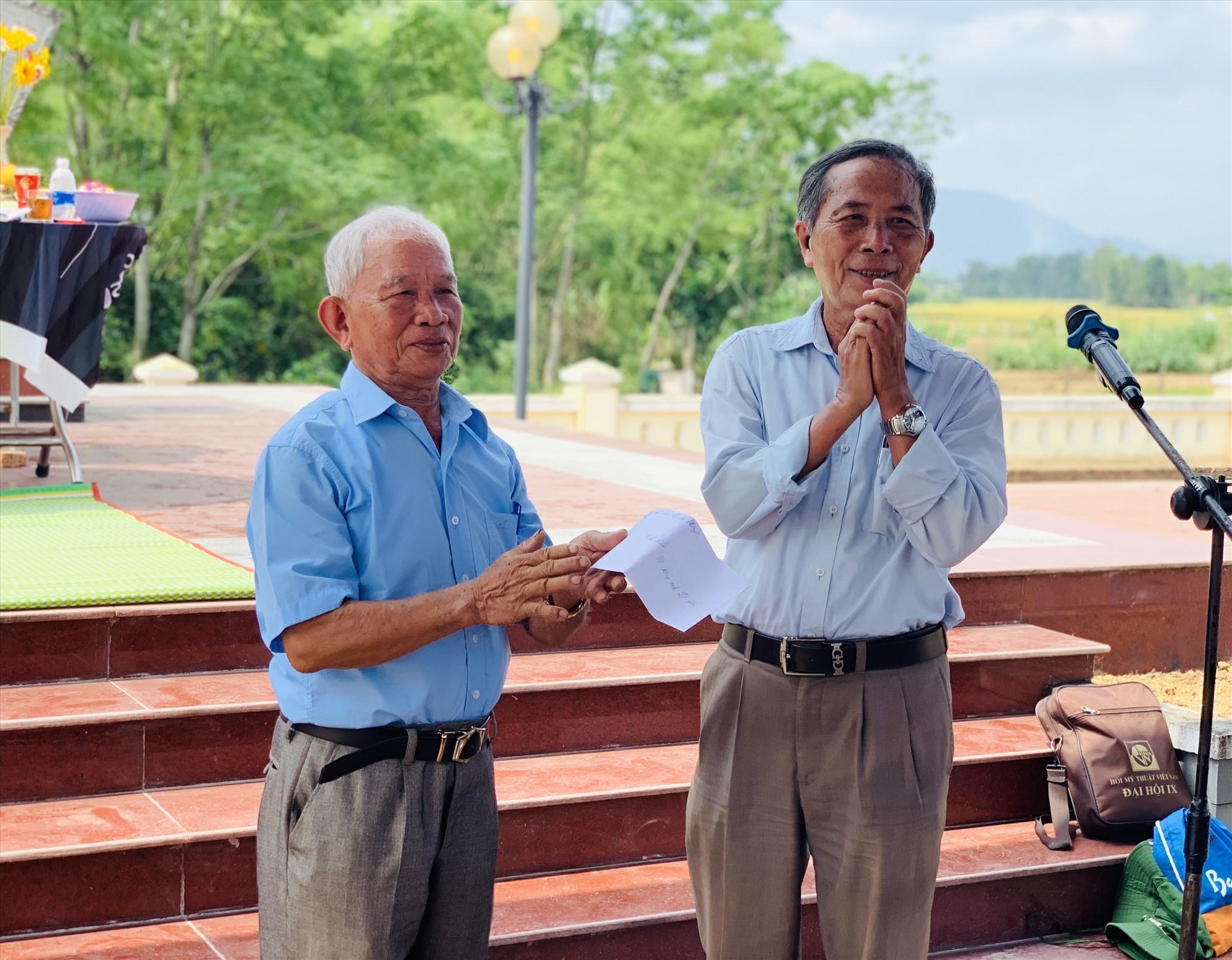 Ông Lê Yến (bên trái) - nhân chứng lịch sử trận đánh diễn ra tại xóm Vinh Cường cách đây tròn 50 năm. Ảnh: T.S