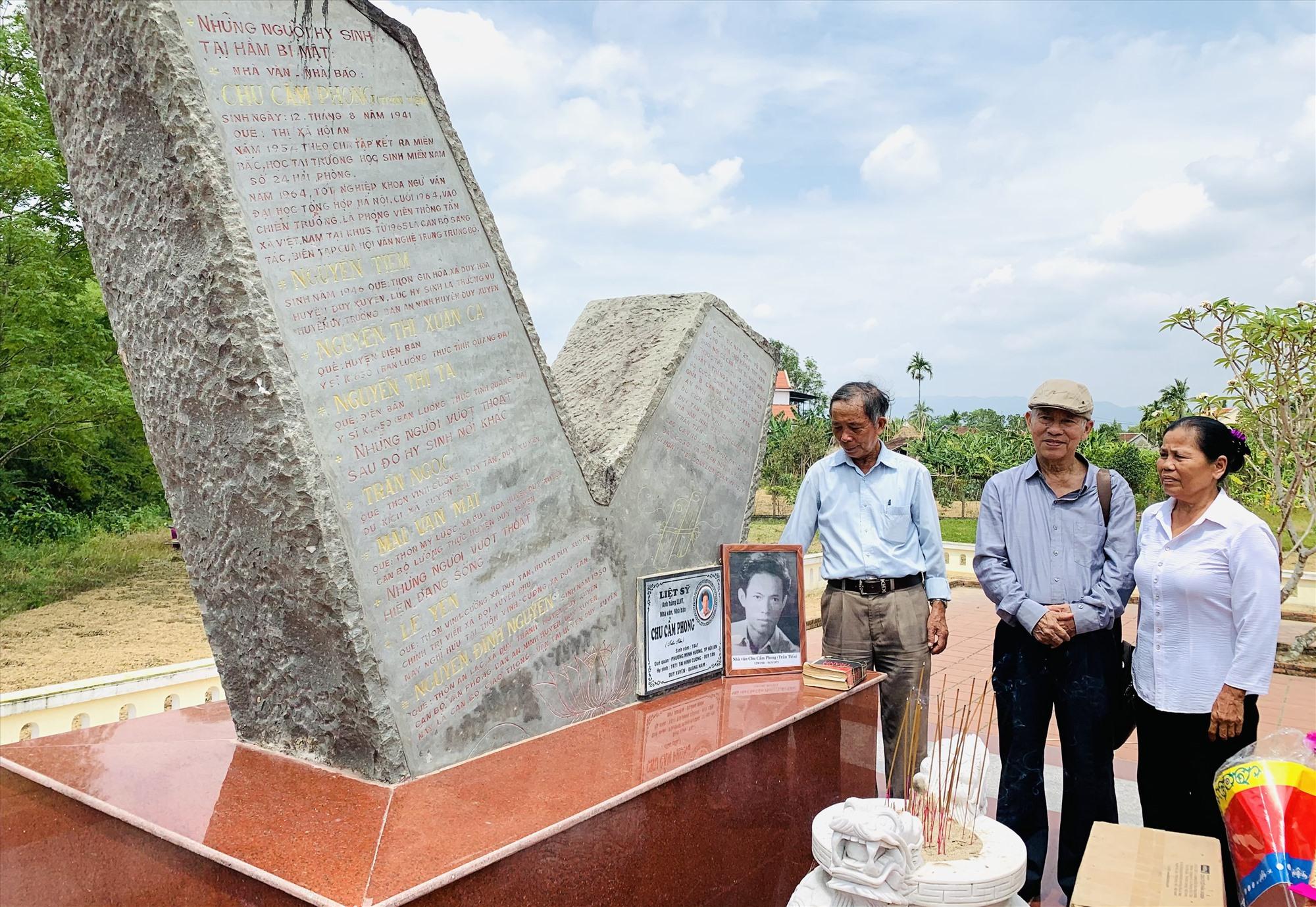 Bia di tích tưởng nhớ nhà báo, nhà văn Chu Cẩm Phong và đồng đội. Ảnh: T.S