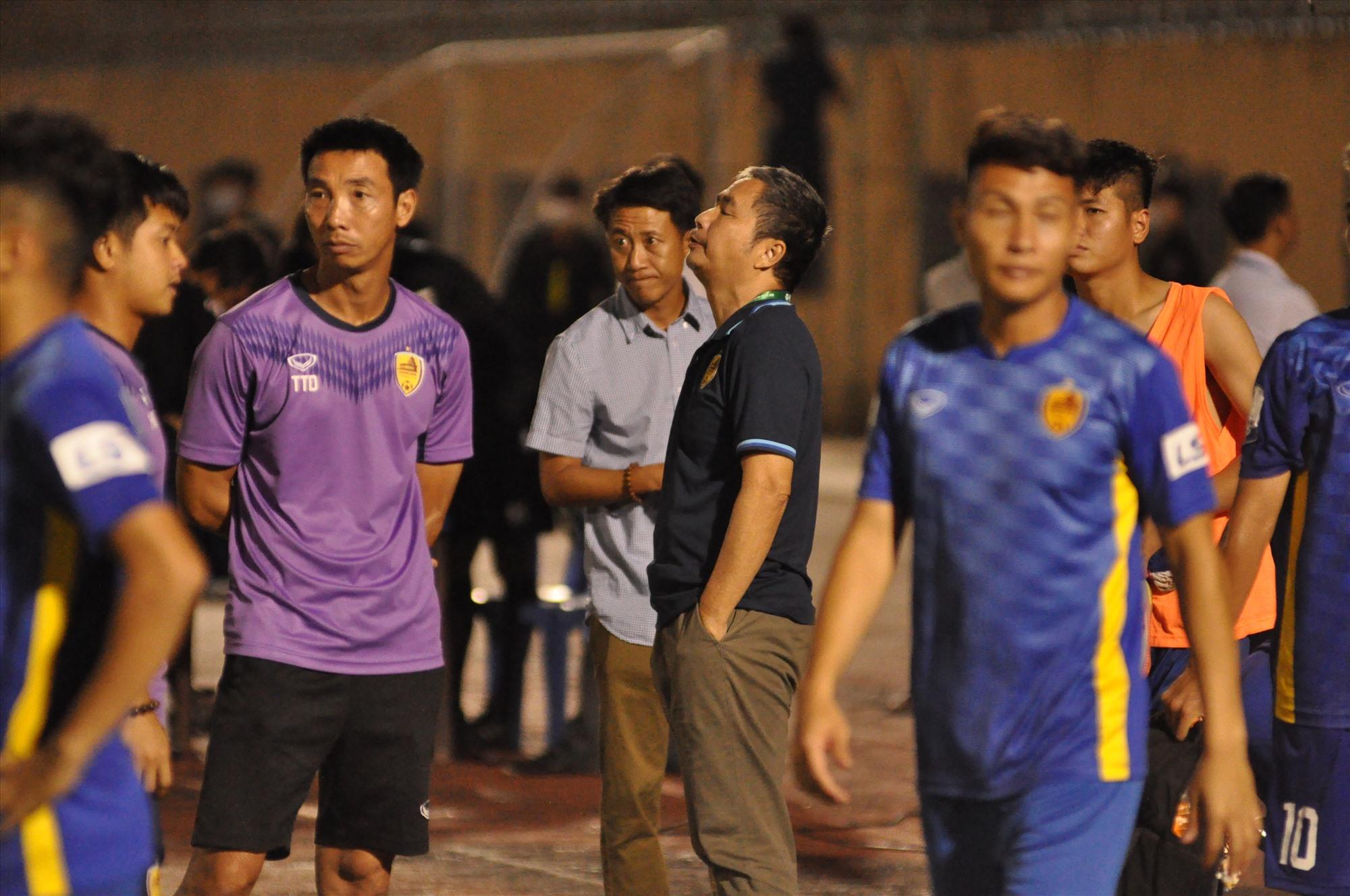 Sự thất vọng của Giám đốc điều hành Dương Nghiệp Khôi và HLV Nguyễn Thành Công sau thất bại trước Khánh Hòa. Ảnh: T.VY