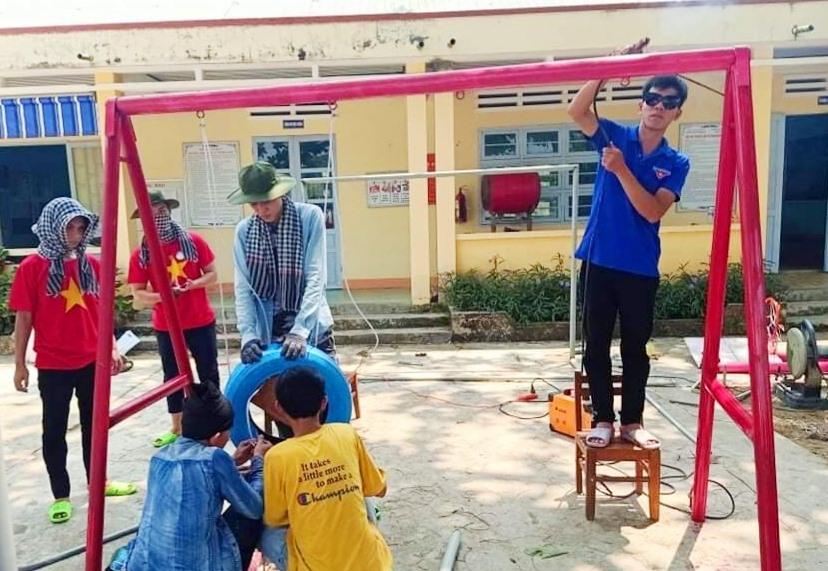 Xây dựng khu vui chơi cho Trường Tiểu học xã Hiệp Hòa. Ảnh: P.N