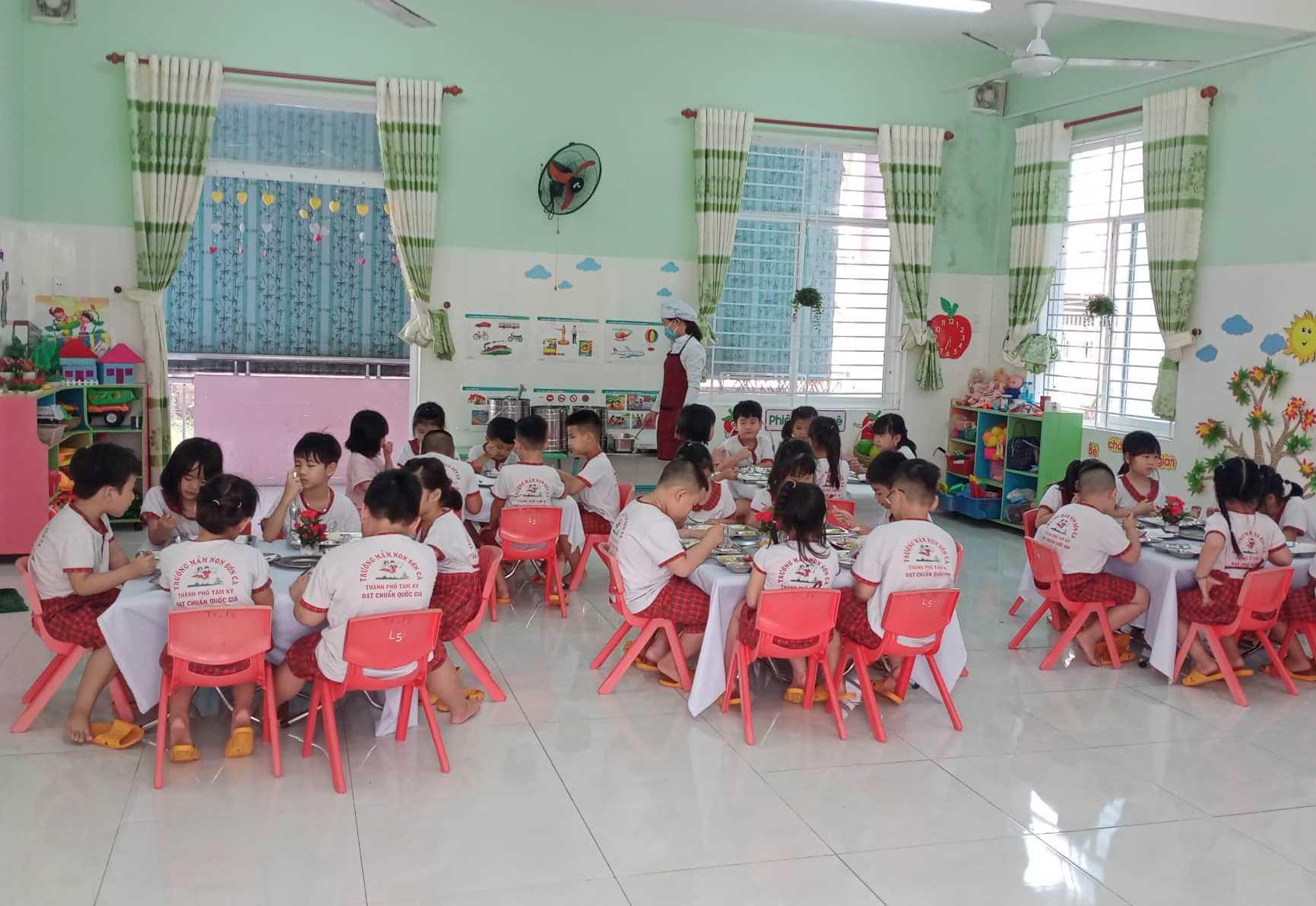 Bữa ăn trưa của trẻ ở Trường Mầm non Sơn Ca (Tam Kỳ). Ảnh: C.N