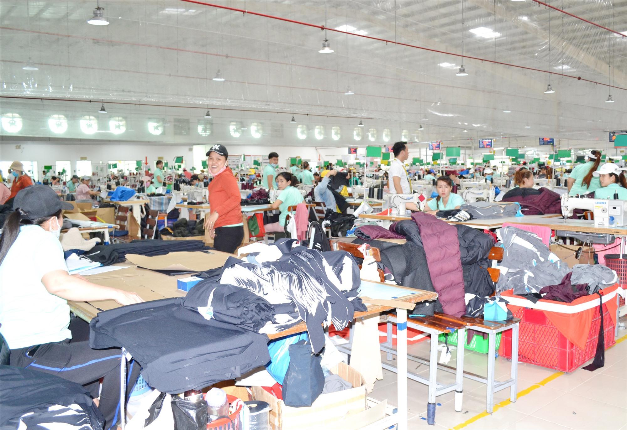 Tại CCN Hà Lam - Chợ Được, ngành may mặc hoạt động hiệu quả.