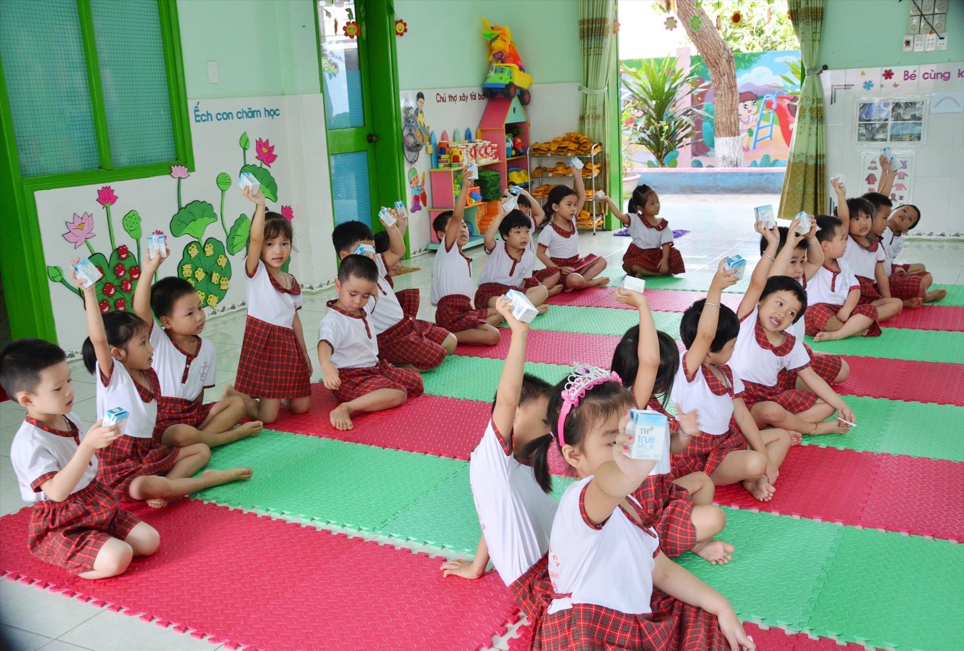 Các cháu Trường Mầm non Sơn Ca (Tam Kỳ) được hỗ trợ uống sửa TH. Ảnh: H.P