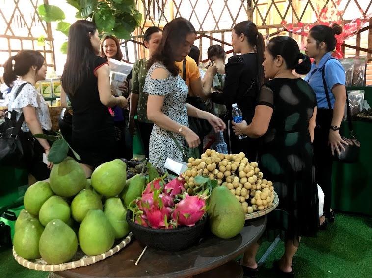 Trái cây Tiên Phước được trưng bày và bán ở hội làng Lộc Yên. Ảnh: C.N