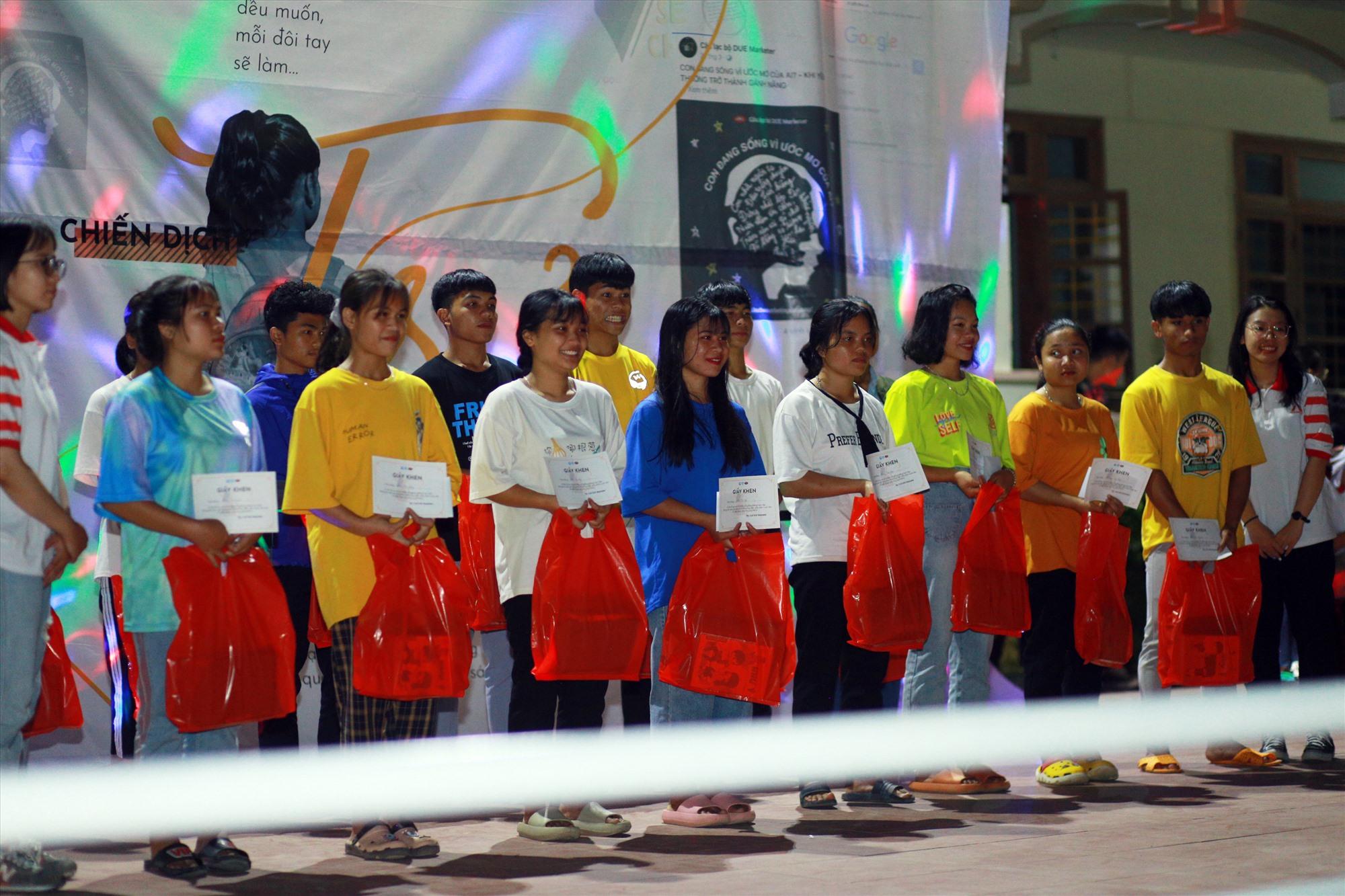 Câu lạc bộ DUE Marketer tặng quà học sinh khó khăn của Trường THPT Tây Giang. Ảnh: THIÊN THƯ