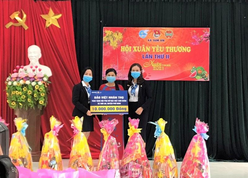 Hội LHPN xã Tam An vận động doanh nghiệp ủng hộ kinh phí giúp đỡ phụ nữ có hoàn cảnh khó khăn. Ảnh: CTV