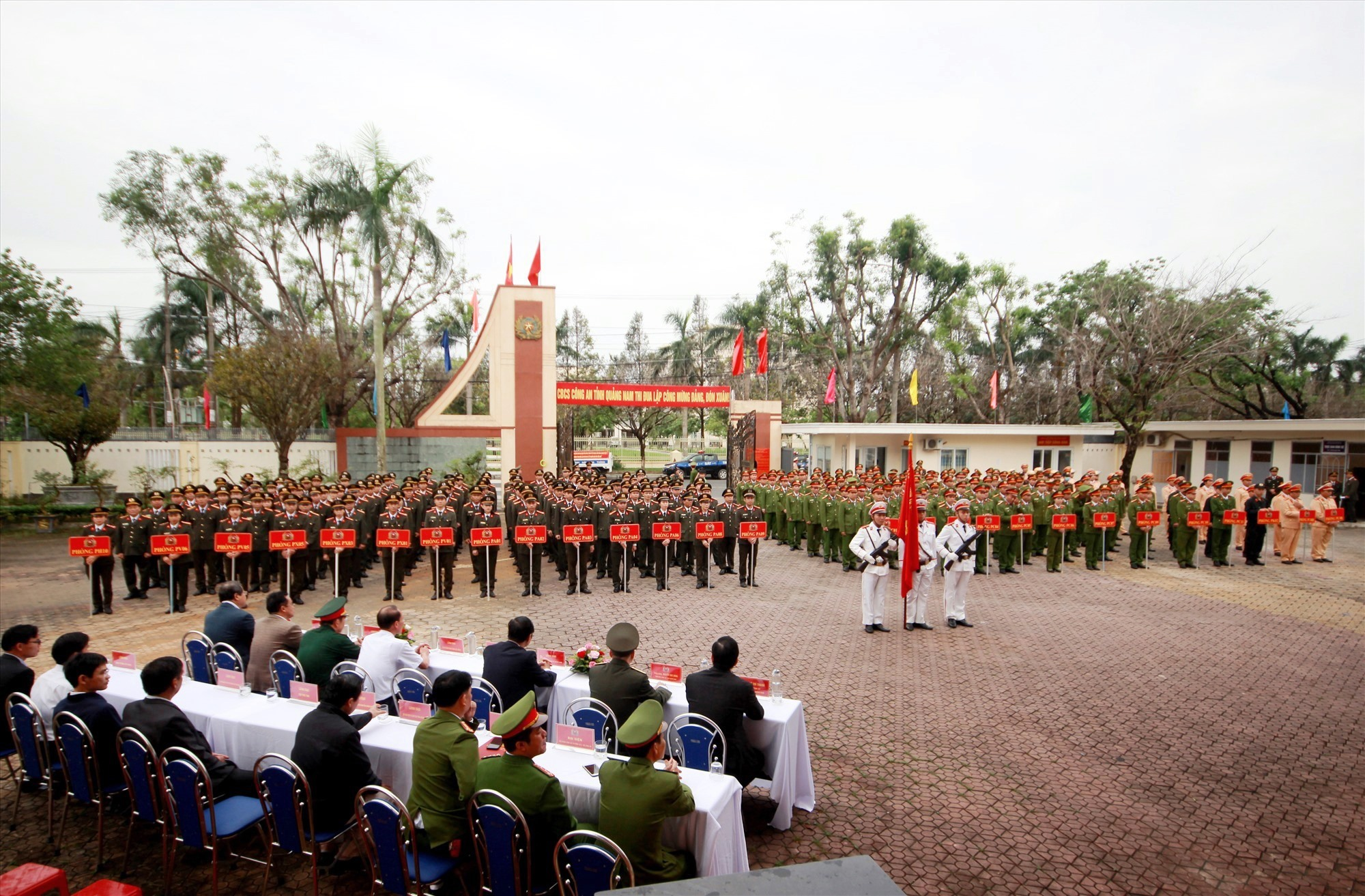 Cán bộ, chiến sĩ các lực lượng thuộc Công an tỉnh dự lễ ra quân đợt cao điểm trấn áp tội phạm. Ảnh: T.C