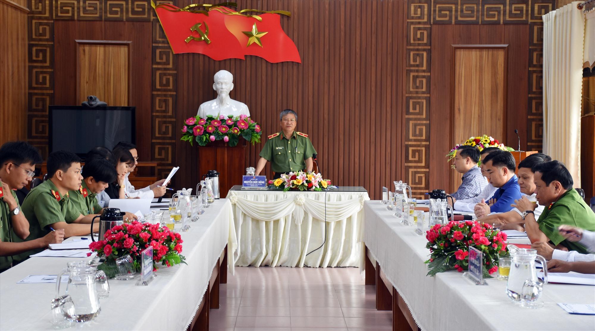 Thiếu tướng Nguyễn Đức Dũng - Giám đốc Công an tỉnh kiểm tra công tác tổ chức bầu cử tại địa bàn huyện Đại Lộc. Ảnh: C.A