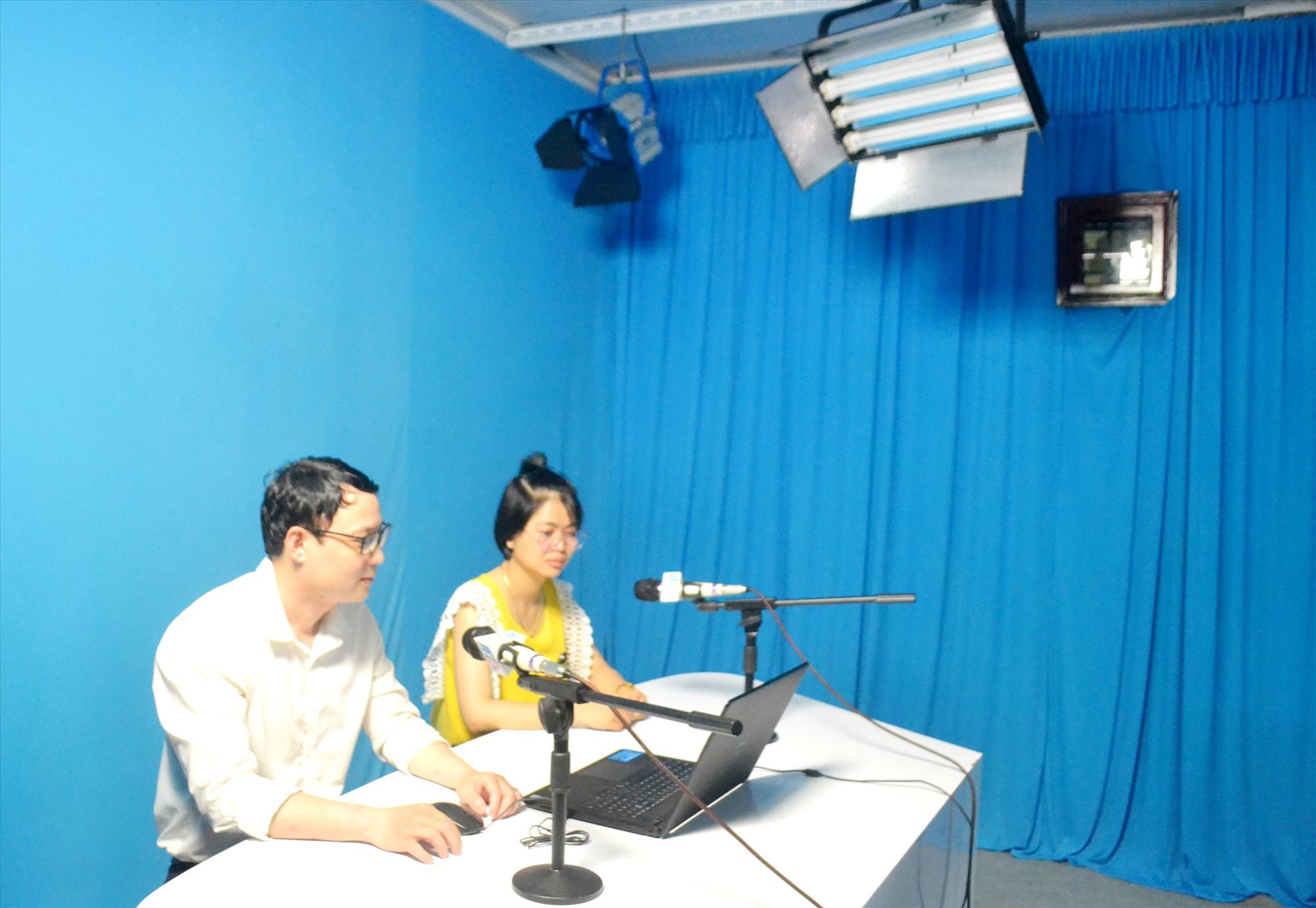 Phát thanh viên Trung tâm VH-TT và TT-TH thị xã Điện Bàn thực hiện chuyên mục hỏi - đáp về bầu cử. Ảnh: C.T