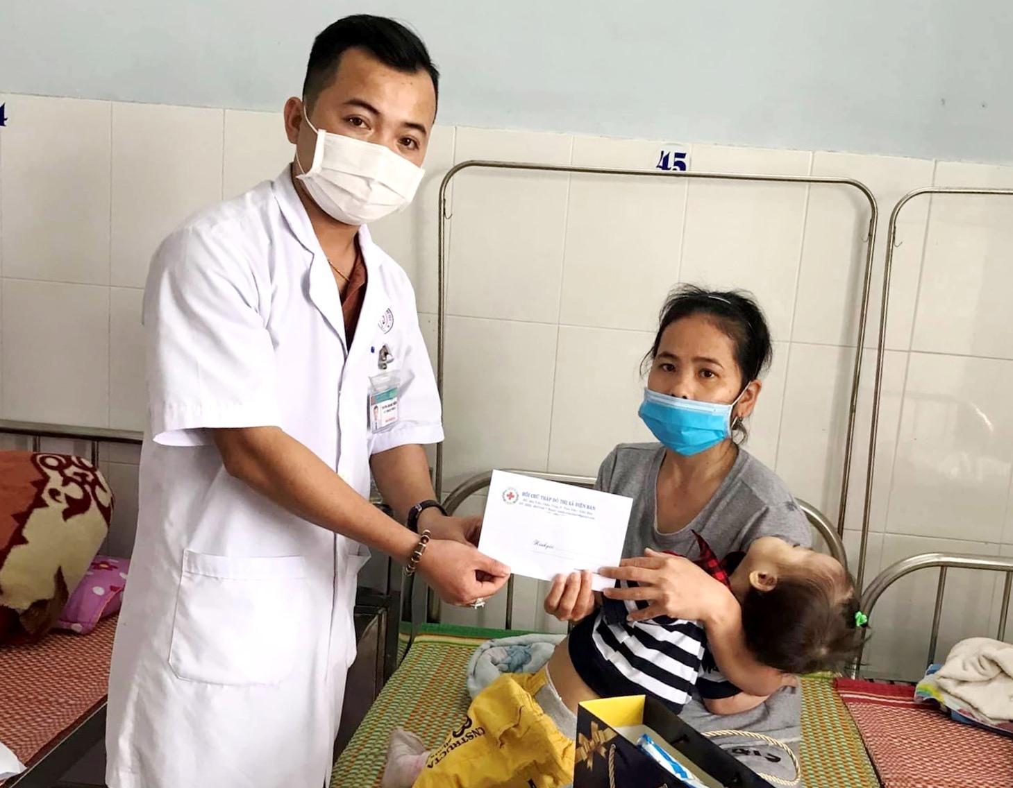Đại diện Hội CTĐ Bệnh viện Đa khoa khu vực Quảng Nam trao tiền hỗ trợ cho bệnh nhân gặp khó khăn. Ảnh: T.H