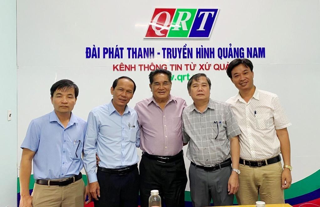 NSƯT Trần Vịnh chụp hình lưu niệm cùng lãnh đạo QRT. Ảnh: N.K