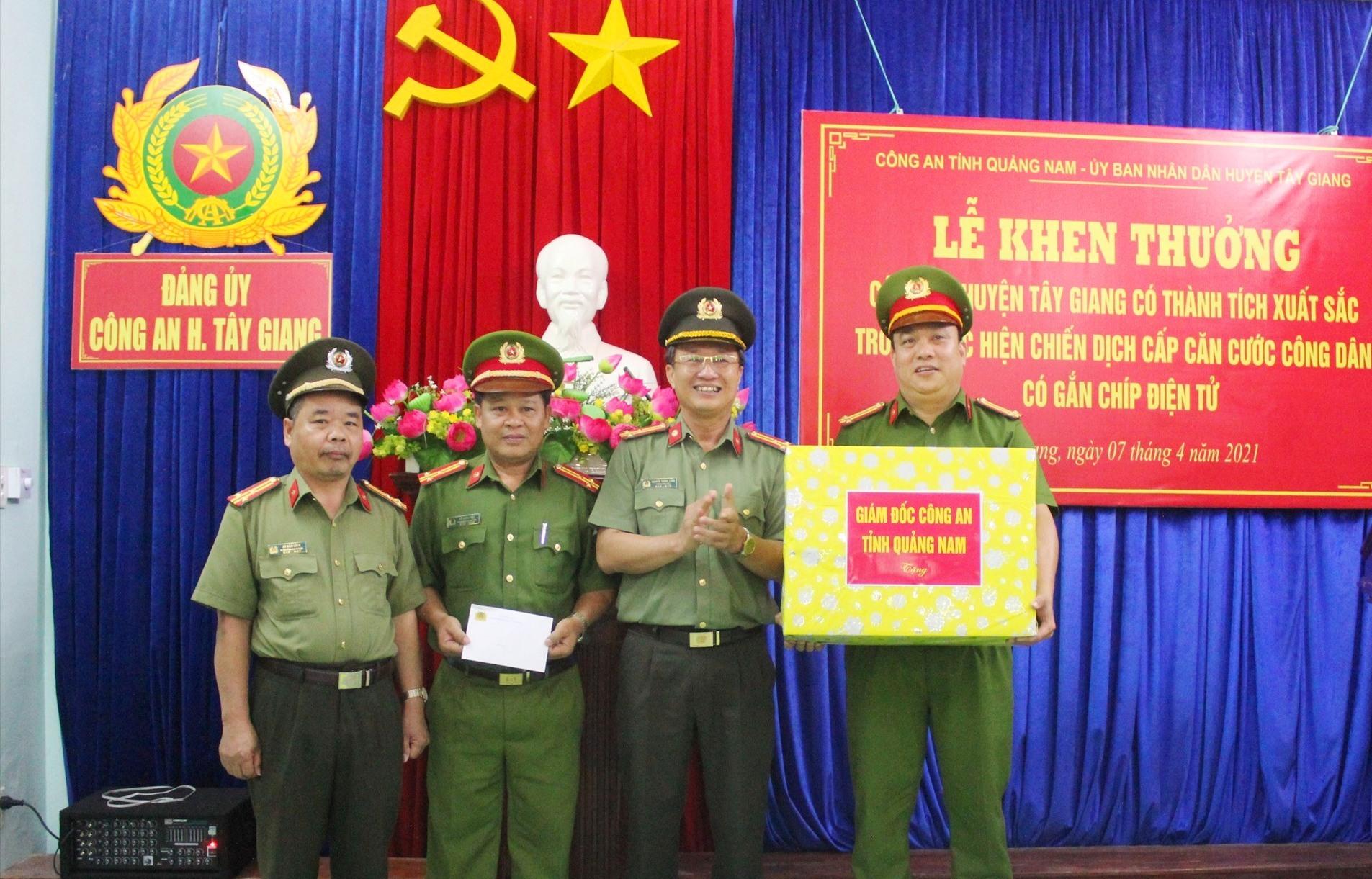Thượng tá Nguyễn Thành Long, Phó Giám đốc Công an tỉnh tặng quà động viên các chiến sĩ Công an huyện Tây Giang.