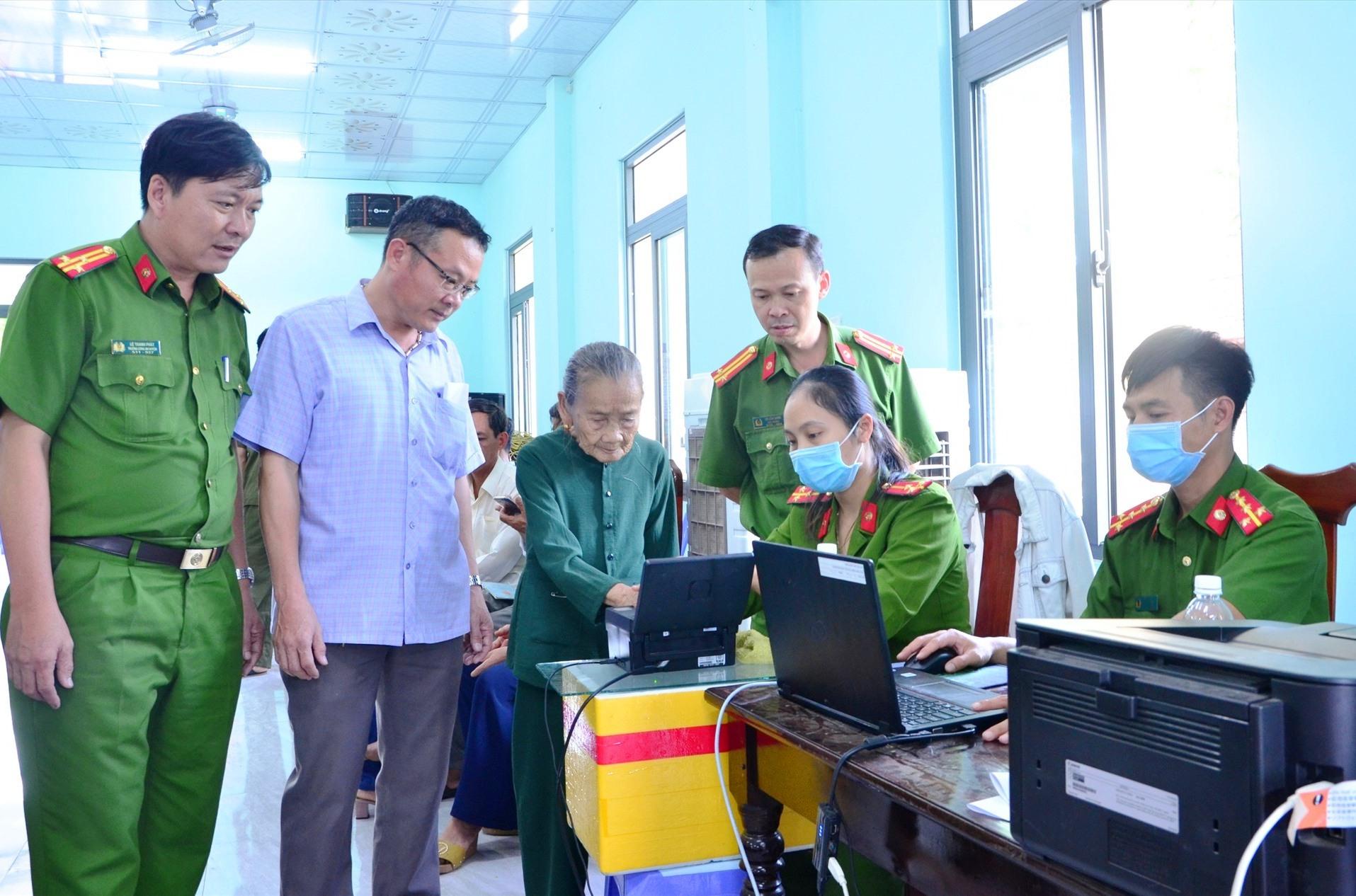 Lãnh đạo huyện Tiên Phước thăm hỏi, động viên cán bộ chiến sĩ làm công tác cấp CCCD tại xã Tiên Cảnh.