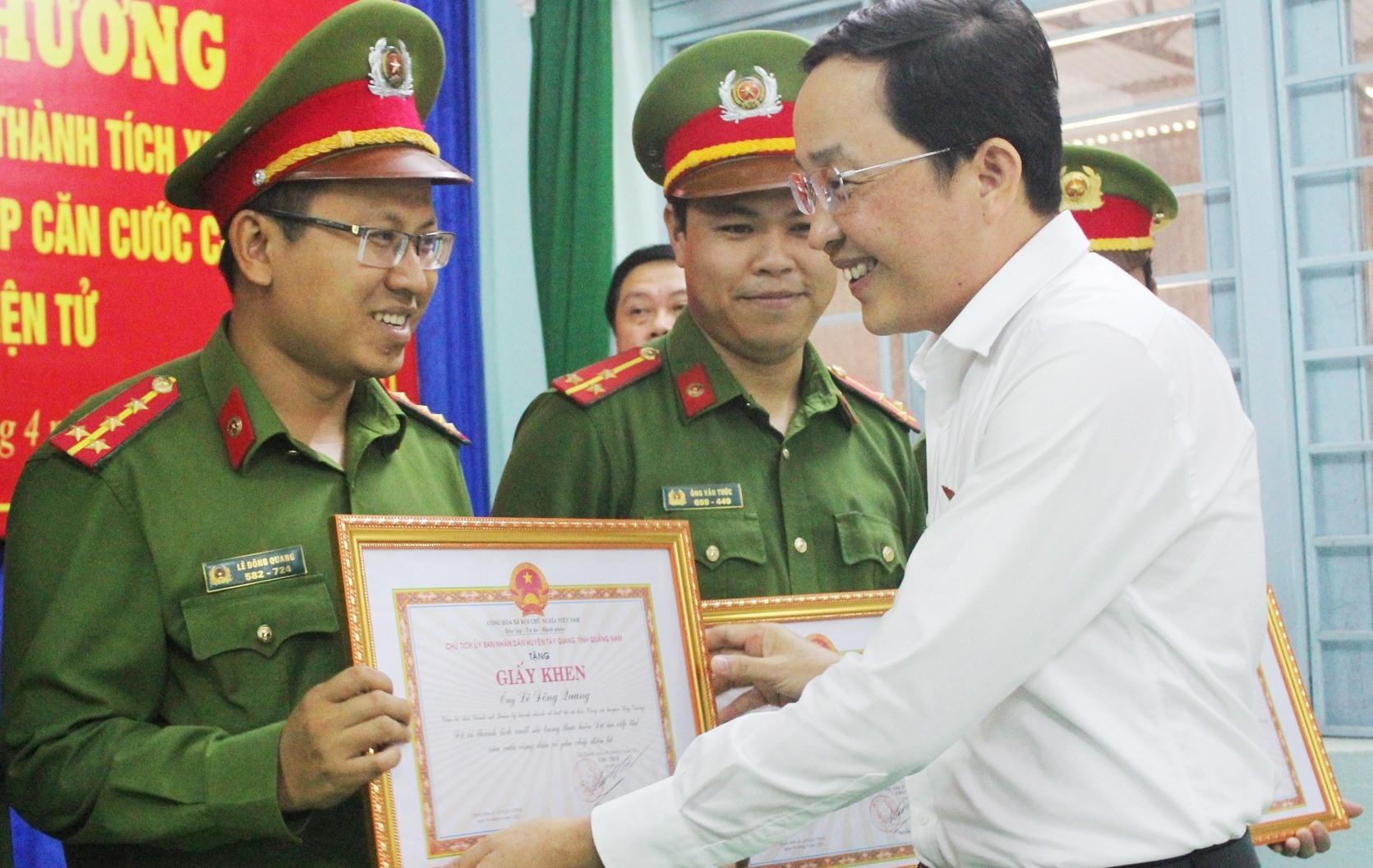 Chủ tịch UBND huyện Tây Giang-Nguyễn Văn Lượm tặng Giấy khen cho các chiến sĩ công an huyện
